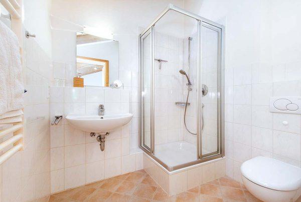 Appartement Giebelstüberl - Bad mit hellem Dachfenster