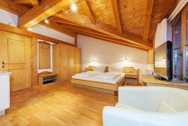 Appartement Giebelstueberl - Wohnbereich mit Komfortbett