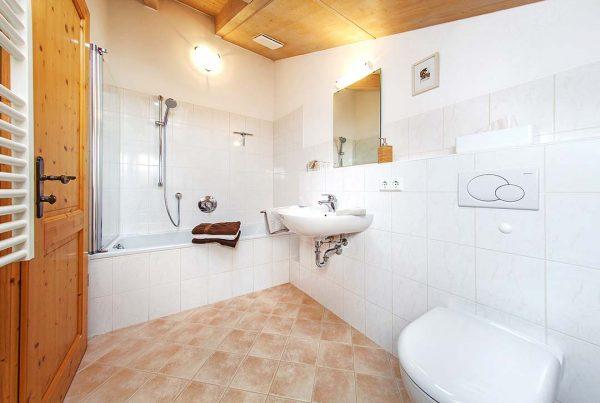 Ferienwohnung Hausberg - Bad mit Badewanne