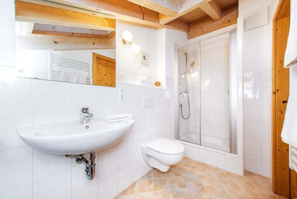 Ferienwohnung Kaiserblick - Helles Bad mit großem Dachfenster